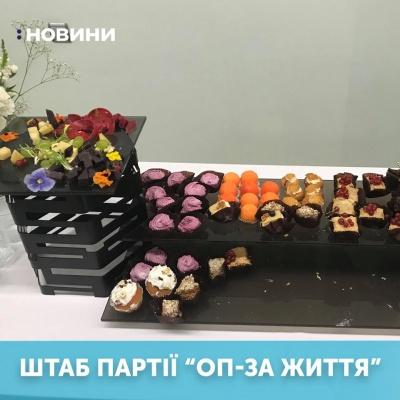 Чим пригощають у різних штабах партій: журналісти показали добірку фото з фуршетів