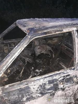На Буковині поліція розслідує смерть невідомого чоловіка в обгорілому авто