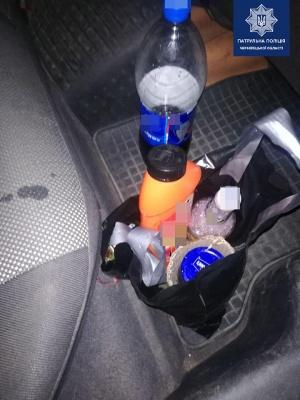У Чернівцях у п'яного водія в авто виявили нарколабораторію - фото
