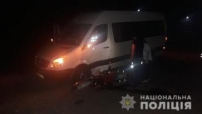 На Буковині водій мікроавтобуса зіткнувся з мотоциклістом - фото