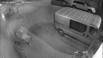 У центрі Чернівців молодик вкрав лавочку з-під магазину: момент зафіксувала камера спостереження