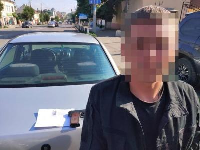 У Чернівцях водій «євробляхи» погрожував перехожому зброєю