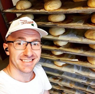 «Найбільше люблю пекти фокаччу»: буковинець 12 років працює пекарем в Італії