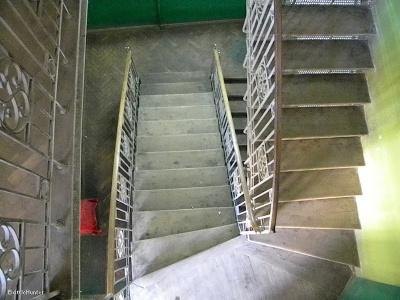 Хотів стрибнути між сходами: на Буковині поліцейські запобігли самогубству