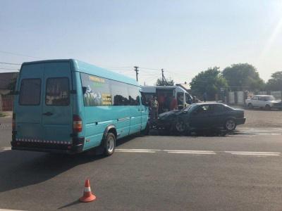 На Буковині мікроавтобус  зіткнувся з лековиком : є потерпілі