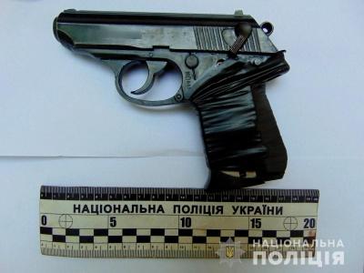 Кастети і пістолет: поліція на Буковині влаштувала облаву незаконним власникам зброї