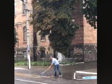 На Буковині мер міста власноруч прочищує зливну каналізацію - відео