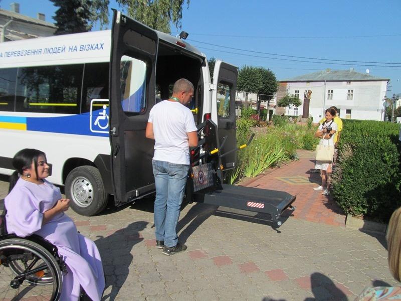 На Буковині з'явилося перше соціальне таксі для людей на візках ...