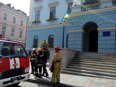 У Чернівцях «замінували» міськраду, ОДА та ЧНУ: триває евакуація людей