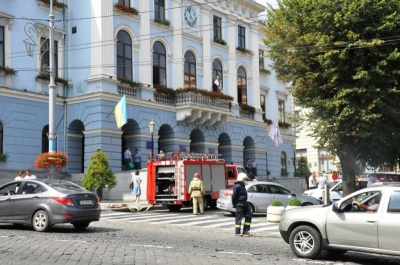 Вибухівки в Чернівцях не знайшли: міськрада, ОДА і ЧНУ відновили роботу