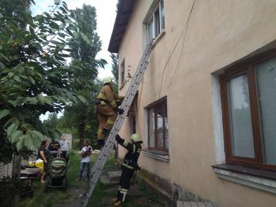 Двері хтось закрив іззовні: на Буковині через вікно з будинку евакуювали людей