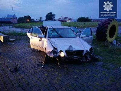 На Буковині водій на «Мерседесі» втікав від поліції і врізався в електроопору - фото