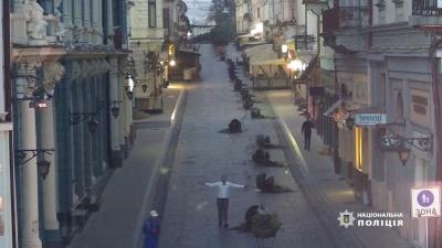 Молодик, який потрощив термочаші з квітами у Чернівцях, вибачився за свій вчинок через газету