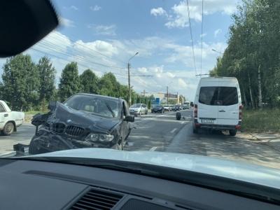 У Чернівцях зіткнулися два позашляховики, у районі «Кварцу» – затори