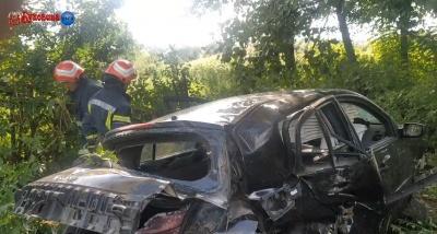 На Буковині легковик злетів у лісосмугу, водія затиснуло в салоні – відео