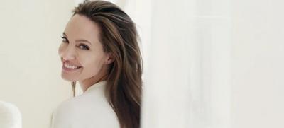 Оголена Анджеліна Джолі знялася у ніжному ролику