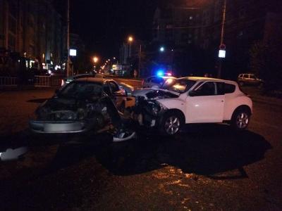 Нічна ДТП у Чернівцях: легковик зіткнувся з таксі, є постраждалі