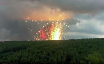 У Росії над палаючим складом боєприпасів закрили повітряний простір