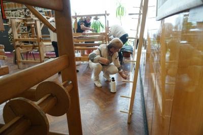 Вивчали ткацький верстат і заправляли нитки: у Чернівцях відбулась «Школа буковинської тайстри»