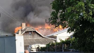 Велике полум'я: у Чернівцях виникла пожежа у господарській будівлі – відео