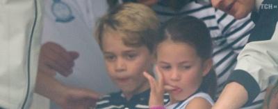Некоролівська поведінка: принцеса Шарлотта показала язик замість привітання