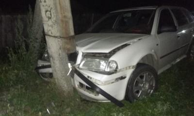 На Сторожинеччині водій легковика не впорався з керуванням та врізався в опору електромережі