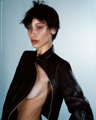 Голі груди, коротка стрижка і нуль макіяжу: Белла Хадід знялася в екстравагантній фотосесії