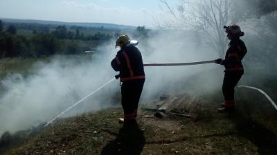 Пожежа біля АЗС на Буковині: спалахнули 1,5 гектари сухої трави