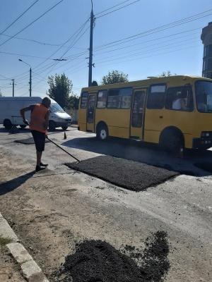 «Латки» на кілька метрів та великі затори: як ремонтують вулицю Хотинську – фото