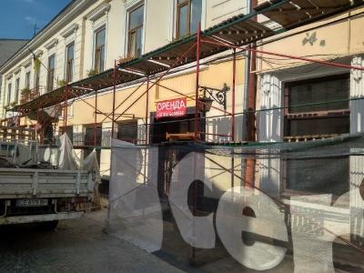 «Руйнуємо радянські стіни»: в колись культовому ресторані Чернівців проводять реконструкцію