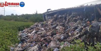 У райцентрі на Буковині перекинулась вантажівка зі сміттям - відео