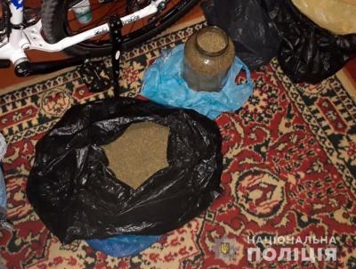 Поліція знайшла вдома в буковинця кілограм канабісу
