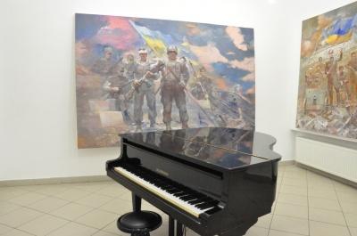 О войне и киборгов: в «Вернисаже» открыли выставку ко Дню Независимости
