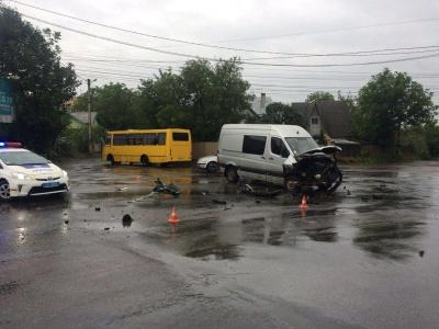 ДТП на Винниченка: зіткнулись «бус» і легковик, жертв немає – фото