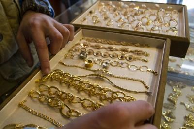 У Чернівцях працівниця ювелірного магазину вкрала коштовностей на майже мільйон