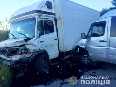 На Буковині «Спринтер» врізався у вантажівку: двоє людей постраждали - фото
