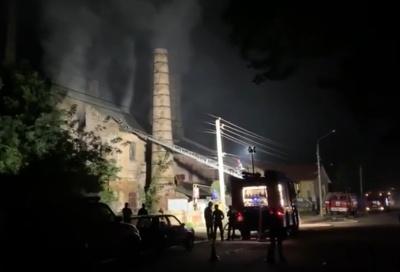 В Черновцах на Каличанке горит кирпичный завод - видео