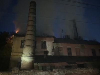 У Чернівцях на Калічанці горить цегельний завод - відео