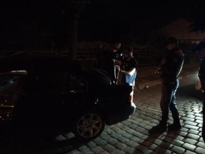 Нічна ДТП у Чернівцях: BMW врізався в дорожній знак і дерево – фото