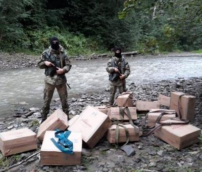 На Буковині біля кордону знову стріляли: контрабандисти втекли через річку, покинувши ящики сигарет