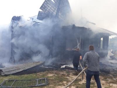 Залишились без даху: на Буковині вщент згорів житловий будинок - фото