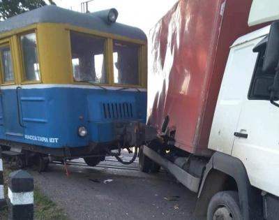На Буковині ДТП на залізничному переїзді: тепловоз протаранив вантажівку