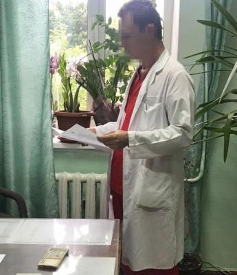 Поліцейські викрили лікарів, які вимагали величезні хабарі від онкохворих