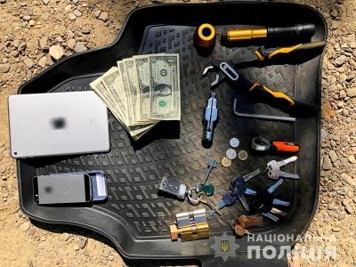 Набори ключів та відмички: у Чернівцях затримали квартирних крадіїв