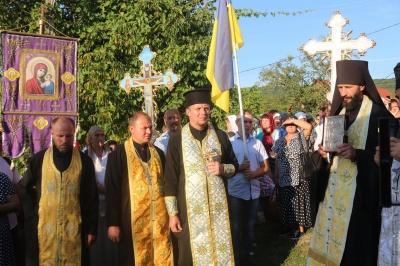 На Буковині віряни ПЦУ пройшлися хресною ходою до жіночого монастиря – фото