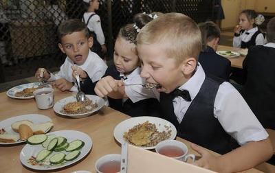 У школах Чернівців дітей годуватимуть булочками з халвою