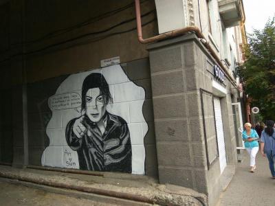 На стіні у центрі Чернівців з'явився портрет Майкла Джексона – фото