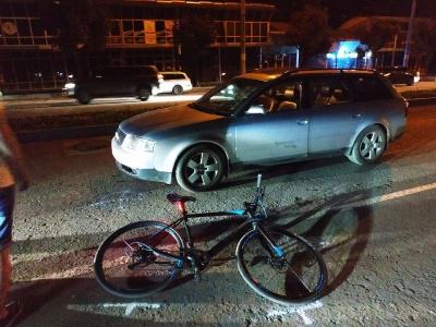 У Чернівцях на проспекті легковик збив велосипедиста – фото