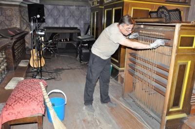Пилюки на сантиметр: орган у чернівецькому костелі почистили і налаштували