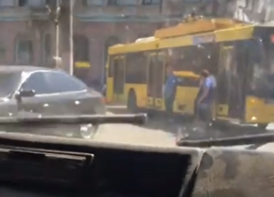 В Черновцах на Соборной площади легковушка врезалась в троллейбус - видео